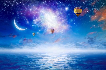 Image céleste tranquille - ballons à air chaud colorés volant dans le ciel étoilé bleu avec des étoiles brillantes, la nouvelle lune et la galaxie tordue