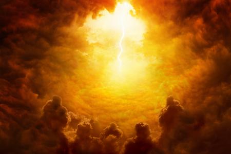 Drastischer religiöser Hintergrund - Höllenreich, helle Blitze im dunkelroten apokalyptischen Himmel, Jüngster Tag, Ende der Welt, ewige Verdammnis, dunkle beängstigende Schattenbilder