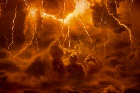 Drastischer religiöser Hintergrund - Höllenreich, helle Blitze im dunkelroten apokalyptischen Himmel, Jüngster Tag, Ende der Welt, ewige Verdammnis