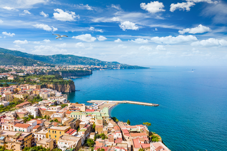 Aerial view of coastline Sorrento city and Gulf of Naples - popular tourist destination in Italy. Sunny summer day with blue sky, clear sea and green mountains of Sorrento  peninsula. Banque d'images
