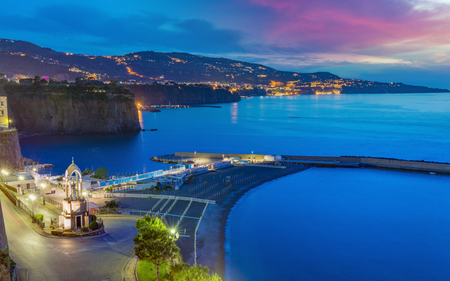 Aerial sunset view of rocky coastline Sorrento city and Gulf of Naples - popular tourist destination in Italy. Banque d'images