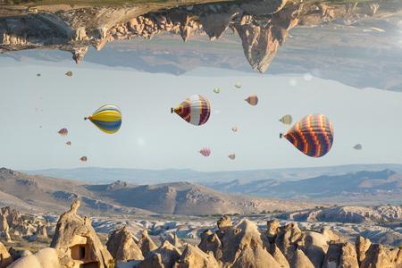 Onwerkelijke fantastische wereld, onmogelijk surrealistisch terrein, heteluchtballonnen vliegen als vissen in de lucht Stockfoto