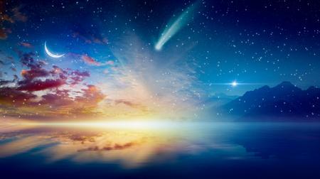 Arrière-plan surréaliste incroyable - croissant de lune, horizon brillant, étoiles brillantes et comète au-dessus d'une mer sereine. Banque d'images