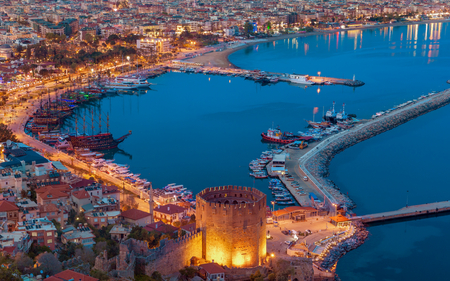 Aerial sunset view of seafront and sightseeing ships in popular seaside resort city Alanya, Turkey, beautiful place for summer vacation in Mediterranean Archivio Fotografico