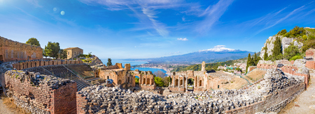 Panoramic view of ruins of Ancient Greek theatre in Taormina on background of Etna Volcano, Italy. Taormina located in Metropolitan City of Messina, on east coast of Sicily island. 免版税图像
