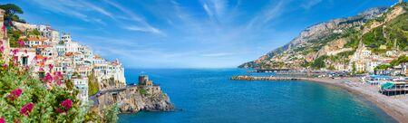 Collage panorámico de Amalfi en la provincia de Salerno, región de Campania, Italia. La costa de Amalfi es un destino popular de viajes y vacaciones en Europa. Foto de archivo