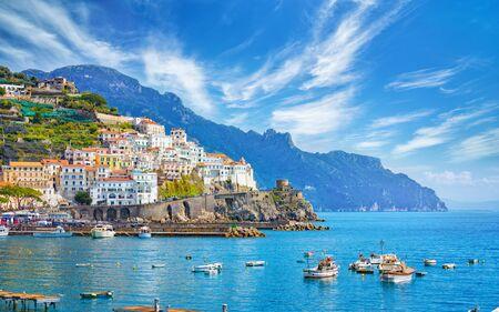 Schönes Amalfi auf Hügeln, die zur Küste hinunterführen, komfortable Strände und azurblaues Meer in Kampanien, Italien Amalfi ist das beliebteste Reise- und Urlaubsziel in Europa. Standard-Bild