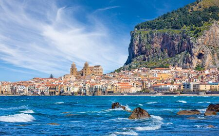 Blue sea near Cefalu, town in Italian Metropolitan City of Palermo located on Tyrrhenian coast of Sicily, Italy. Cefalu is popular travel destination in Europe. 免版税图像