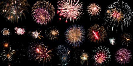 Gruppe von bunten Feuerwerk auf schwarzem Hintergrund