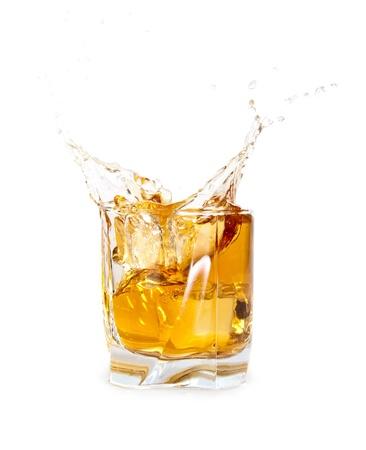 Glass of Whiskey mit Eisw�rfeln Spritzwasser aus over white