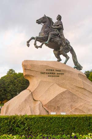 uomo a cavallo: Il cavaliere di bronzo, letteralmente in russo: cavaliere di rame, è una statua equestre di Pietro il Grande a San Pietroburgo, Russia.