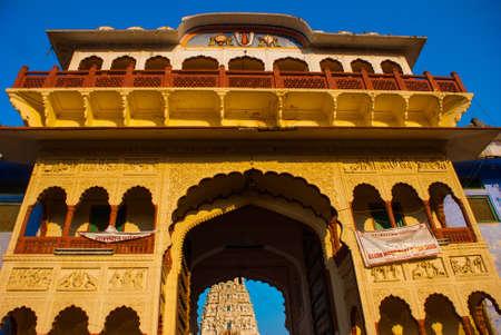 hindues: Pushkar es una ciudad en el distrito de Ajmer en Rajasthan, India. Es uno de los cinco dhams sagrados para los hind�es devotos. Es una de las ciudades m�s antiguas de la India existentes.