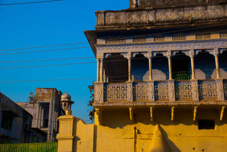 hindues: Pushkar es una ciudad en el distrito de Ajmer en Rajasthan, India. Es uno de los cinco dhams sagrados para los hindúes devotos. Es una de las ciudades más antiguas de la India existentes.