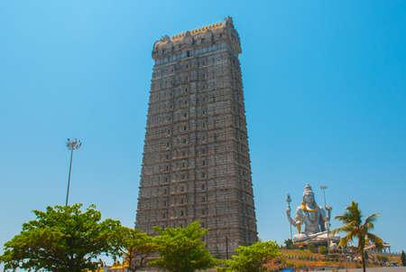 seigneur: Statue du Seigneur Shiva a été construit au temple Murudeshwar sur le dessus du tertre qui surplombe la mer d'Oman et il est de 37 mètres de hauteur. Murudeshwar. Karnataka, Inde