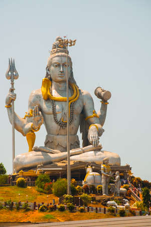 seigneur: Statue of Lord Shiva was built at Murudeshwar temple on the top of hillock which overlooks the Arabian Sea and it is 37 meters in height. Murudeshwar. Karnataka, India