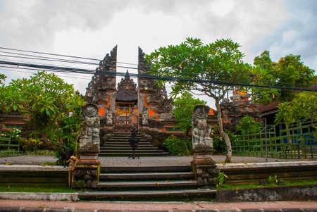 puri: Beautiful Balinese entrance gate of the temple. Temple Pura Pusen. Ubud, Bali, Indonesia. Stock Photo