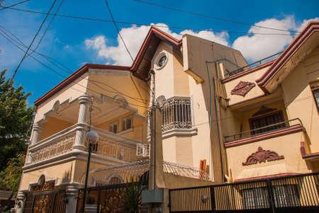 Via locale ordinaria con le case nella capitale Filippine Manila. La casa in cui vivo la gente ricca. Archivio Fotografico