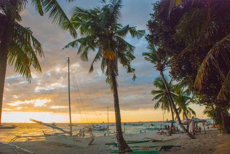 Hermoso paisaje tropical con palmeras en la tarde. Isla de Boracay, Filipinas