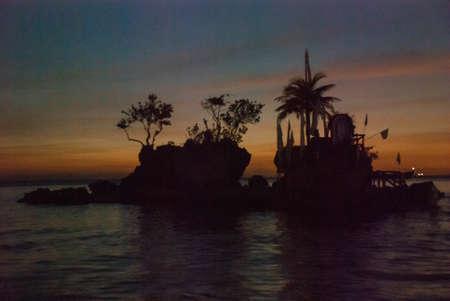 유명한 화이트 비치에 위치한 Willys Rock은 필리핀 보라카이 섬에서 가장 유명한 랜드 마크 중 하나입니다. 일몰