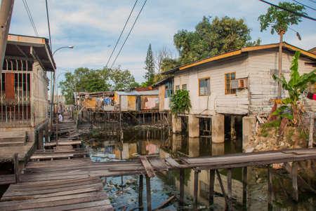 高床式の家。貧しい地区の木製の橋。コタキナバル、サバ州、マレーシア。 写真素材