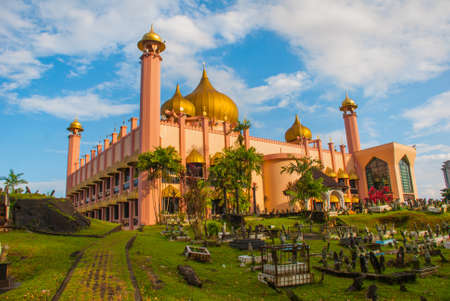 Kuching City Mosqueat dzień dzień, Sarawak, Malezja. Masjid Bahagian.Pink meczet na tle niebieskiego nieba
