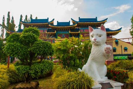 흰 고양이 기념비는 쿠칭 (Kuching) 사우스 시의회 고양이 동상입니다. 사라왁 말레이시아. 그의 기념물은 쿠칭시의 랜드 마크이자 지역 주민과 관광객들 스톡 콘텐츠