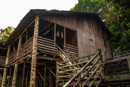 伝統的な木造住宅サラワク文化村にクチンのルマ オランウータン ウルです。ボルネオ、マレーシア