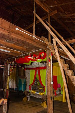 サラワク文化村にクチンの伝統的な木造住宅。人の内部の生命。ベッド。ボルネオ、マレーシア