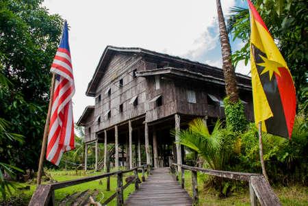 tribu: Casas de madera tradicionales Nelanau Yall en la aldea cultural de Kuching a Sarawak. Borneo, Malasia