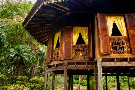 Tradicionales casas de madera Ruman Melayu en la aldea Kuching a Sarawak Cultura. Borneo, Malasia Foto de archivo - 84469168