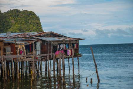 Casas tradicionais em palafitas sobre a água. Cidade de Sandakan, Bornéu, Sabah, Malásia Foto de archivo - 84523847
