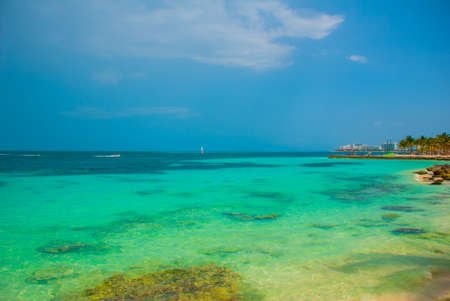 Exotic Paradise. Tropical Resort. Caribbean sea Jetty near Cancun. Mexico beach tropical in Caribbean Banque d'images - 99091483