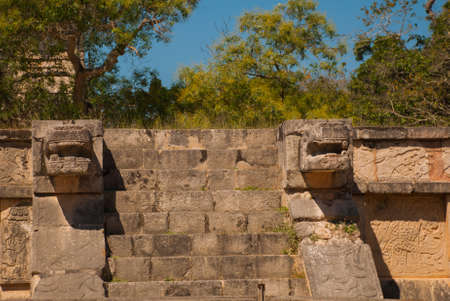 Stairs and Mayan sculpture on the corners. Ancient Mayan city. Chichen-Itza, Mexico. Yucatan Banco de Imagens