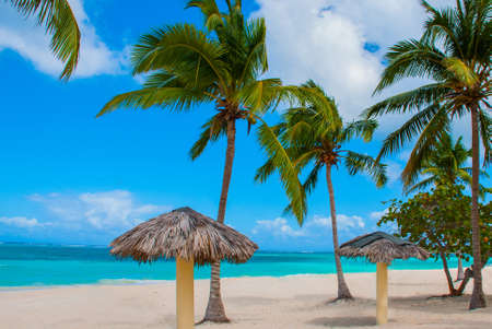 Tropical landscape Playa Esmeralda in Holguin, Cuba. Caribbean sea. Beautiful Paradise beach: umbrellas, sea, palm trees sand Banco de Imagens - 99616527