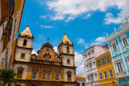 Vista luminosa del Pelourinho in Salvador, Brasile, dominata dalla grande croce di pietra cristiana coloniale Cruzeiro de Sao Francisco nel Pra a Anchieta, America