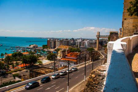 SALVADOR, BAHIA, BRASIL: Elevador Lacerda y All Saints Bay Baia de Todos os Santos en Salvador, Bahia, Brasil.