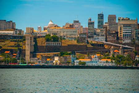 SALVADOR, BAHIA, BRASILE: Bellissimo paesaggio con vista sulla città. Case, grattacieli, baia, porto e luci. Sud America. Sao Salvador da Bahia de Todos os Santos
