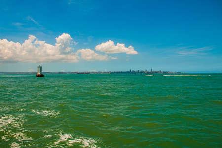 SALVADOR, BAHIA, BRASILIEN: Schöne Landschaft mit türkisfarbenem Meer bei sonnigem Wetter.