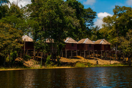 Fleuve Amazone, Manaus, Amazonas, Brésil, Amérique du Sud : Paysage amazonien avec de belles vues. Maisons en bois sur une île du fleuve Amazone dans la jungle. Banque d'images