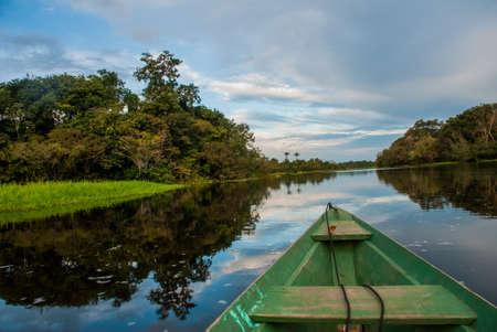 Un bateau en bois traditionnel flotte sur le fleuve Amazone dans la jungle. Fleuve Amazone Manaus, Amazonas, Brésil. Amérique du Sud