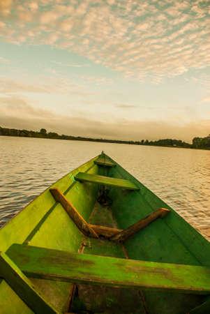 Beau lever de soleil sur la rivière. Vue depuis le bateau sur le fleuve Amazone, avec une forêt dense sur le rivage et un ciel bleu, Anazonas, Brésil. Amérique du Sud