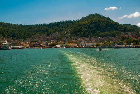 Angra dos Reis, Rio de Janeiro State, Brazil: Santa Luzia Pier in Angra dos Reis. Ships with tourists near the terminal in the port. The house on the hill. Imagens