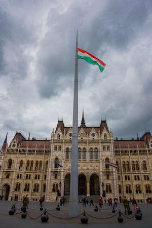 Budapest, Ungarn, Europa - Schönes Parlamentsgebäude in Budapest. Die Flagge gegen den Himmel. Standard-Bild
