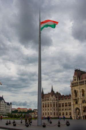 Budapest, Ungarn, Europa - Schönes Parlamentsgebäude in Budapest. Die Flagge gegen den Himmel.