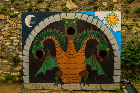 Bratislava, Slowakei, DEVIN: Tantamareski, der den dreiköpfigen Feendrachen darstellt, ein Fotoständer für Fotoshooting-Touristen. Burg Devin Standard-Bild