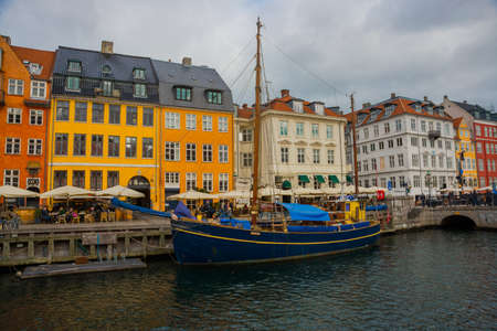 Kopenhaga, dania: widok na stary port nyhavn w centrum kopenhagi, dania, europa