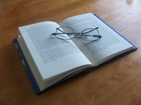 gafas de lectura: Libro y la lectura gafas Foto de archivo