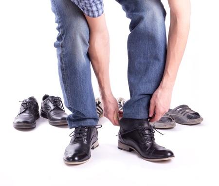 pieds sales: Un homme porte une nouvelle paire de chaussures isol�es Banque d'images