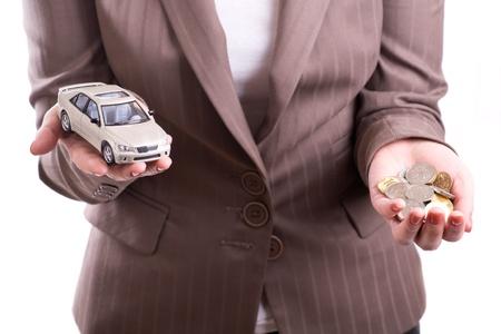 Frau hält das Modell des Autos und Münzen Standard-Bild - 11908620