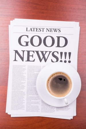 De krant LAATSTE NEWSwith de kop GOEDE NIEUWS en koffie